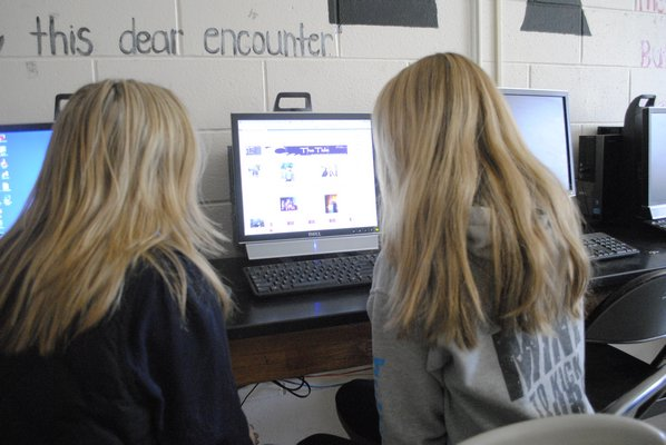 Co-Editors-In-Chief Alyssa Pyclik, left, and Madeleine Salvatore edit the newspaper layout in InDesign. AMANDA BERNOCCO