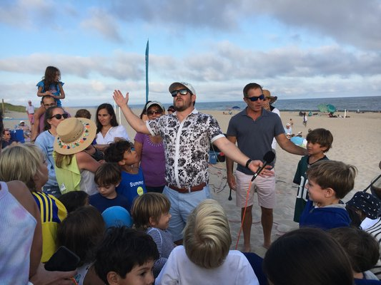 Rabbi Joshua Franklin and Cantor Debra Stein lead a Shabbat service at Main Beach on Friday, August 16. KYRIL BROMLEY