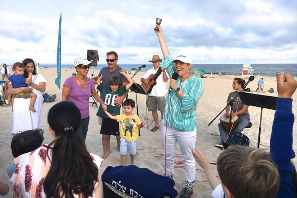 Rabbi Joshua Franklin and Cantor Debra Stein lead s Shabbat service at Main Beach on Friday, August 16. KYRIL BROMLEY