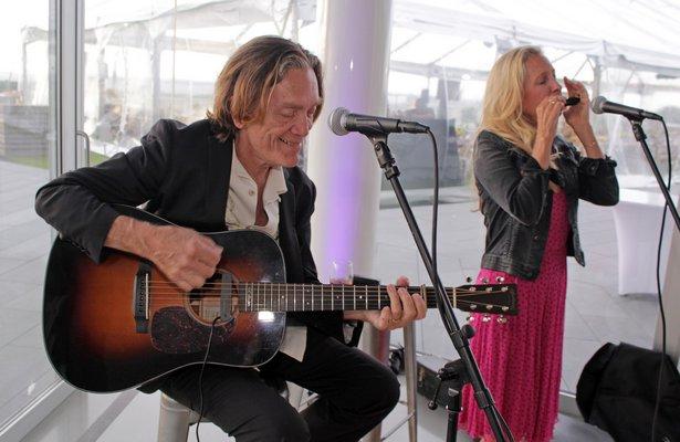 GE Smith and Taylor Barton perform.