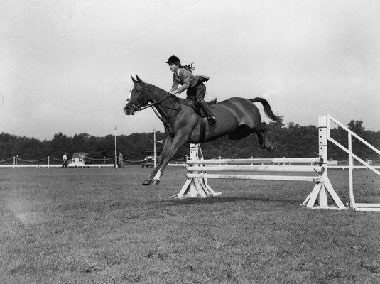 Jacqueline Bouvier leading her pony