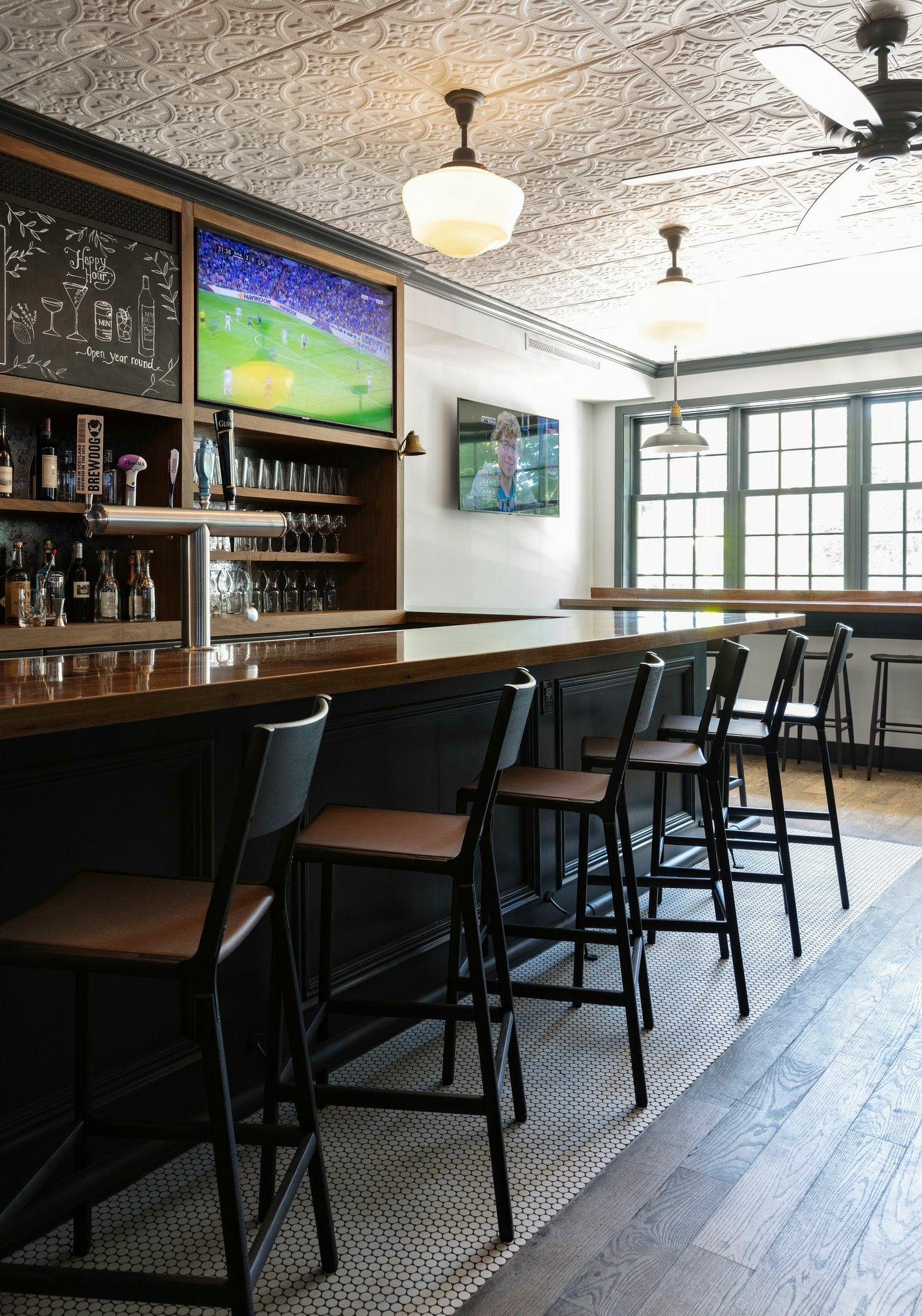The bar of Main Street Tavern in Amagansett.