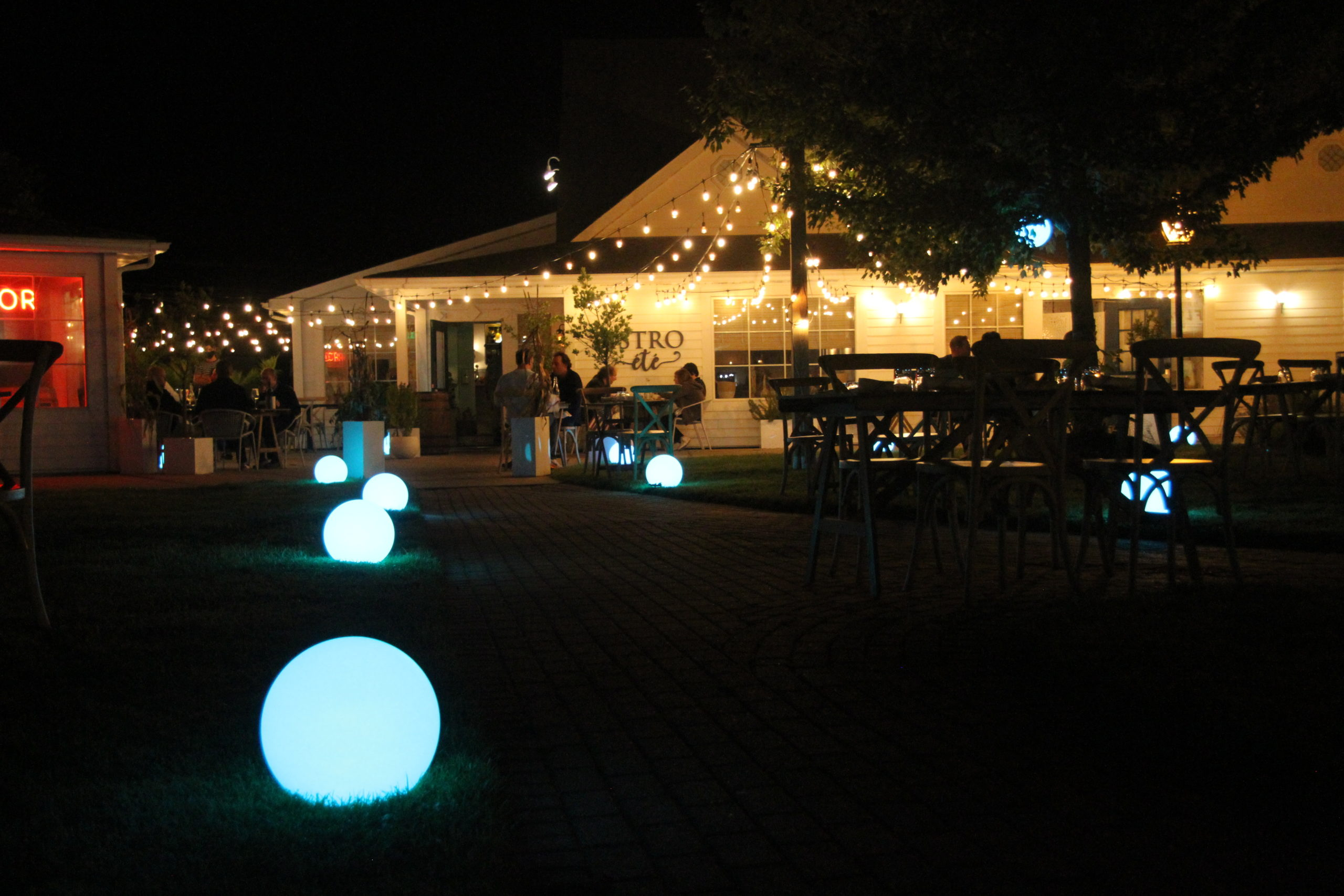 Bistro Ete in Water Mill spread out its seating onto the pathways of the Water Mill Shoppes.