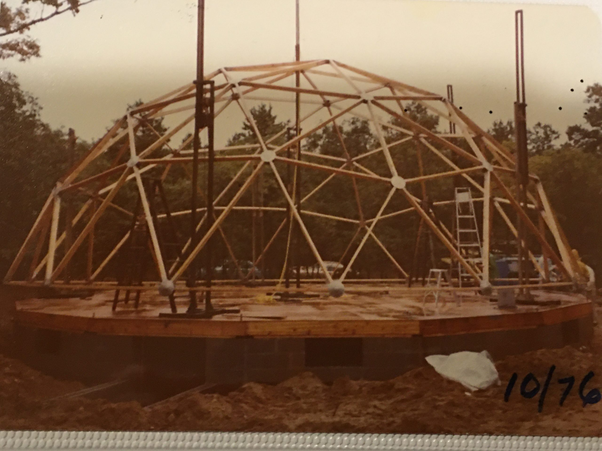 In 1976, the top of the dome was set on pump jacks to be raised.