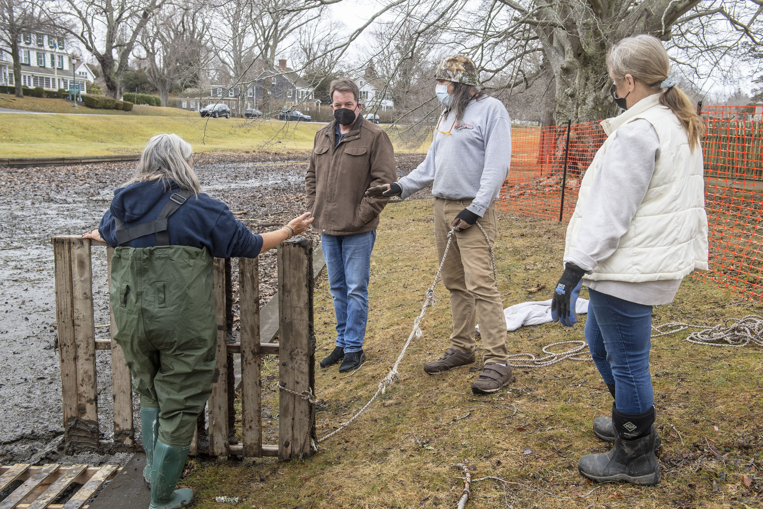 East Hampton Village Mayor Jerry Larsen and wildlife advocate Dell Cullum discussed the need to remove hibernating turtles from the mud of Town Pond before the pond is excavated.