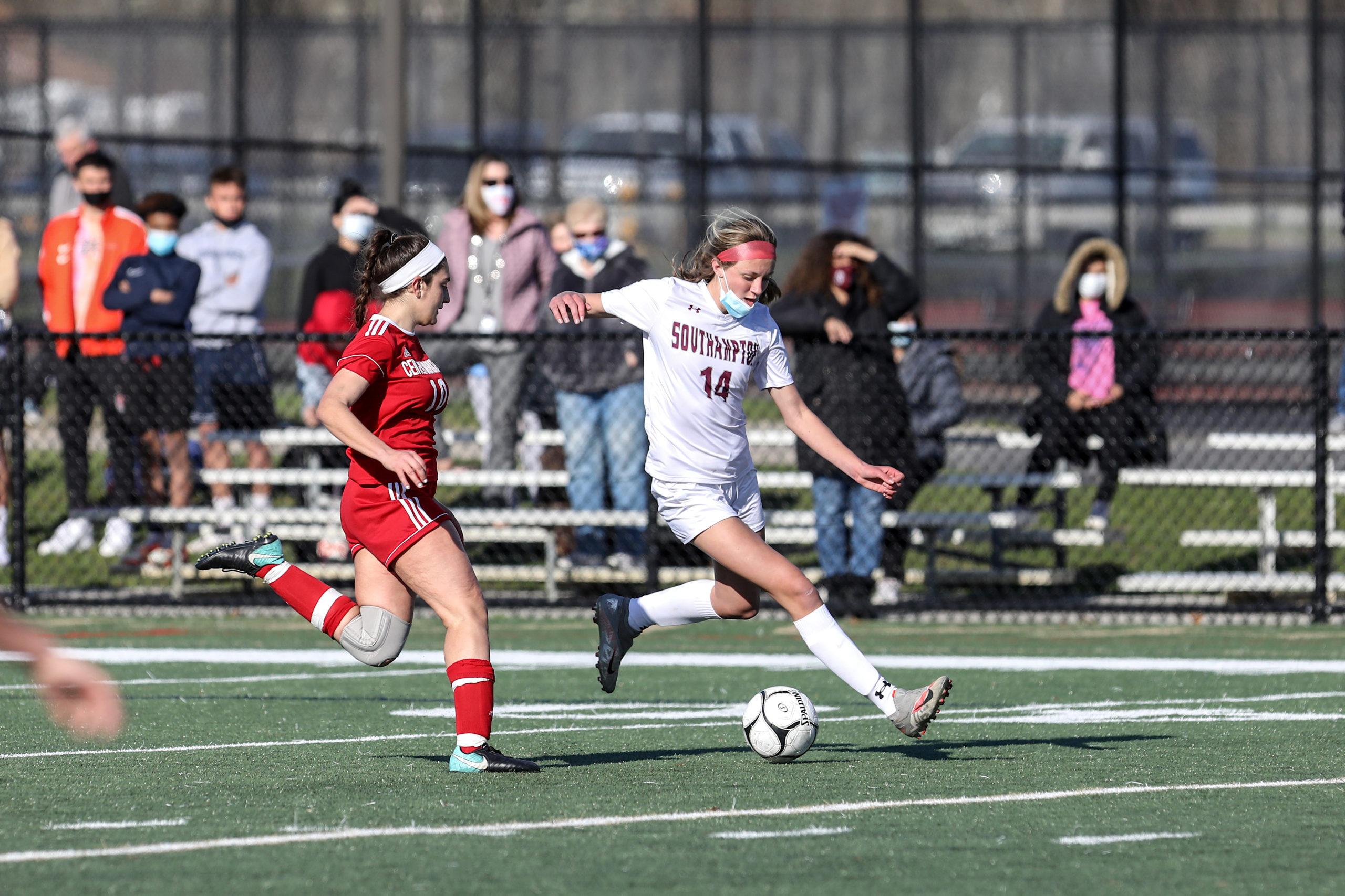 Southampton sophomore Juliette Archer moves the ball.