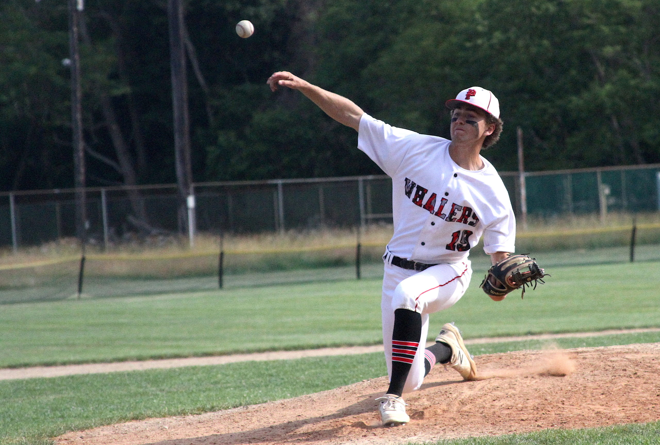 Junior Reed Kelsey hurls a pitch. DESIRÉE KEEGAN